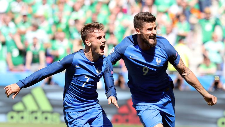 TOPSHOT - France's forward Antoine Griezmann (L) celebrates scoring a goal next to France's forward Olivier Giroud during the Euro 2016 round of 16 footbal