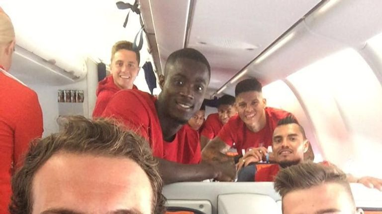 Juan Mata and David de Gea sat together as United flew to China (Credit: @juanmata8)