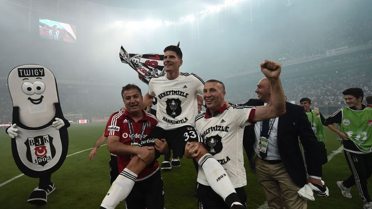 Besiktas's German forward Mario Gomez (C) celebrates with his team the 2015-2016 champion title after winning the Turkish Super Toto league football match
