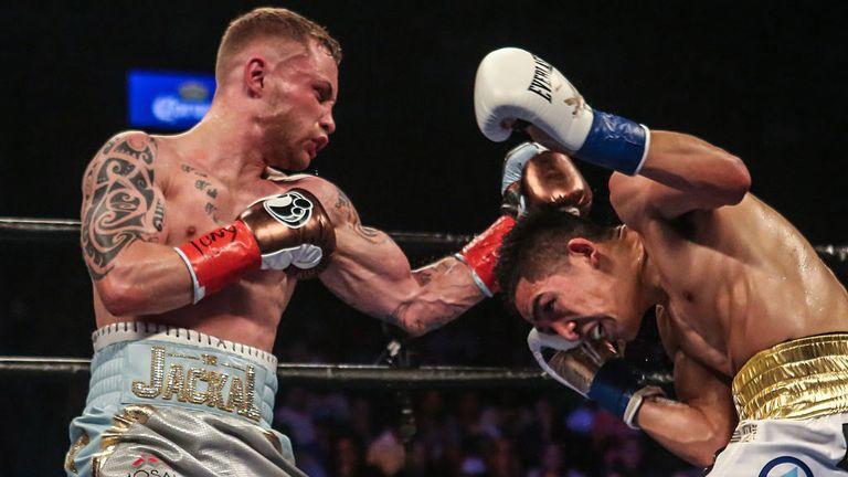 Carl Frampton (l) beats Leo Santa Cruz to win WBA Super world featherweight title