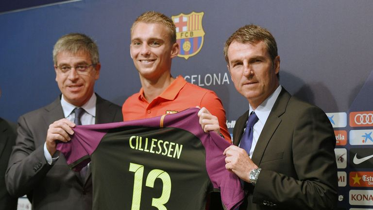 FC Barcelona's Dutch goalkeeper Jasper Cillessen (C) poses with his new jersey flanked by Barcelona's third Vice-President Jordi Mestre (L) and Barcelon's