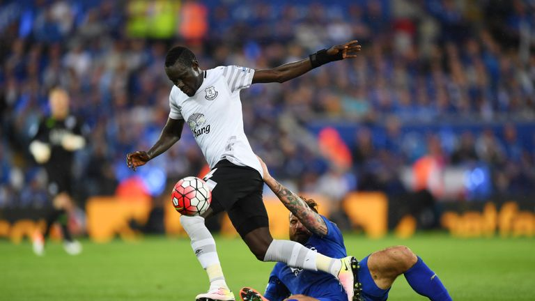 LEICESTER, ENGLAND - MAY 07:  Oumar Niasse of Everton and Marcin Wasilewski of Leicester City compete for the ball during the Barclays Premier League match