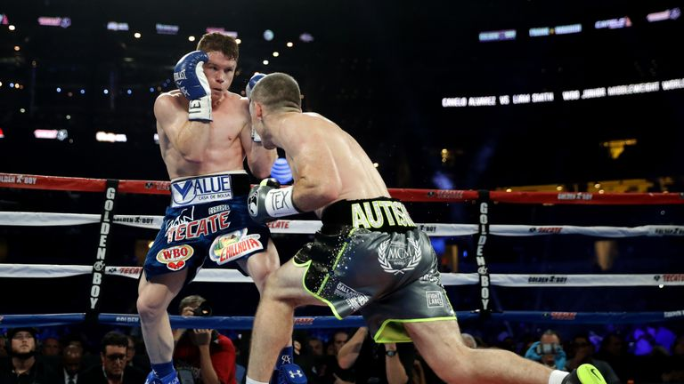 Liam Smith (R) was unable to impose himself physically