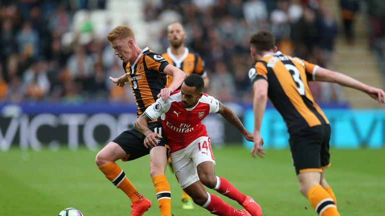 Sam Clucas of Hull holds off Theo Walcott