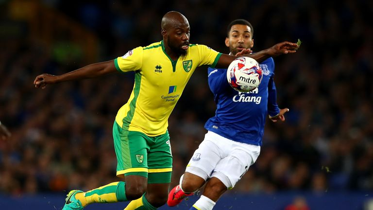 Youssuf Mulumbu of Norwich City and Aaron Lennon of Everton in action