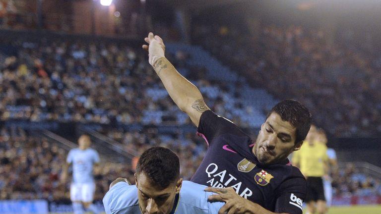 Barcelona's Uruguayan forward Luis Suarez (R) vies with Celta Vigo's defender Hugo Mallo