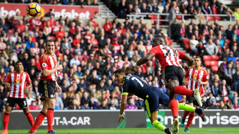 SUNDERLAND, ENGLAND - OCTOBER 29:  Alexis Sanchez of Arsenal (C) scores his sides first goal during the Premier League match between Sunderland and Arsenal