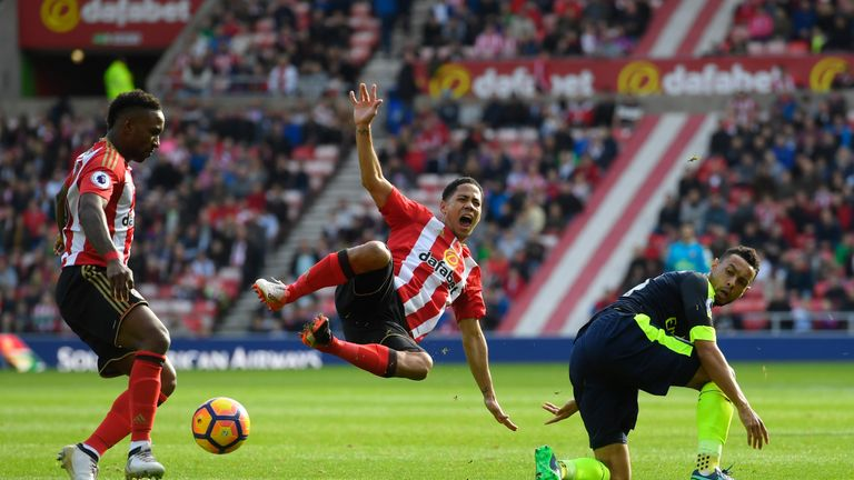 SUNDERLAND, ENGLAND - OCTOBER 29: Steven Pienaar of Sunderland (C) is fouled by Francis Coquelin of Arsenal (R) during the Premier League match between Sun