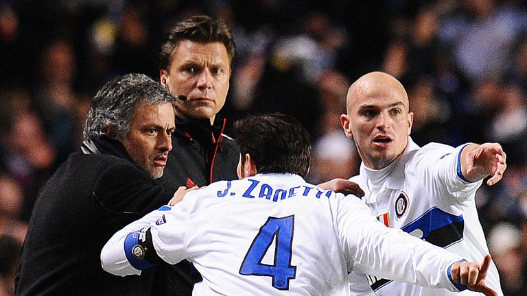 Mourinho relays instructions to Javier Zanetti and Esteban Cambiasso