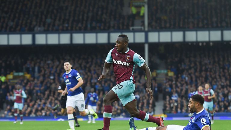 West Ham United's English midfielder Michail Antonio (L) runs away from the challenge of Everton's English-born Welsh defender Ashley Williams (R) during t