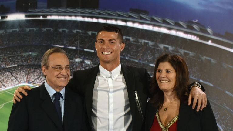Cristiano Ronaldo (C) with club president Florentino Perez and his mother Maria Dolores dos Santos Aveiro