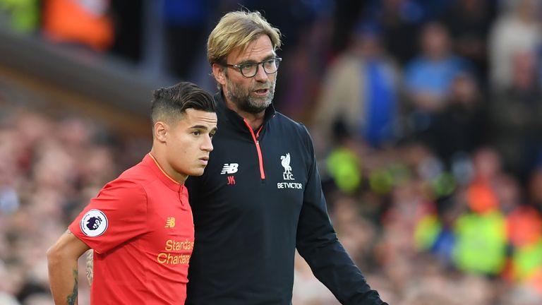 Jurgen Klopp (R) gives instructions to Liverpool's Brazilian midfielder Philippe Coutinho