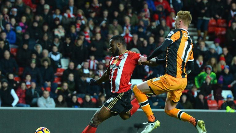 SUNDERLAND, ENGLAND - NOVEMBER 19: Victor Anichebe of Sunderland (L) scores his sides third goal during the Premier League match between Sunderland and Hul