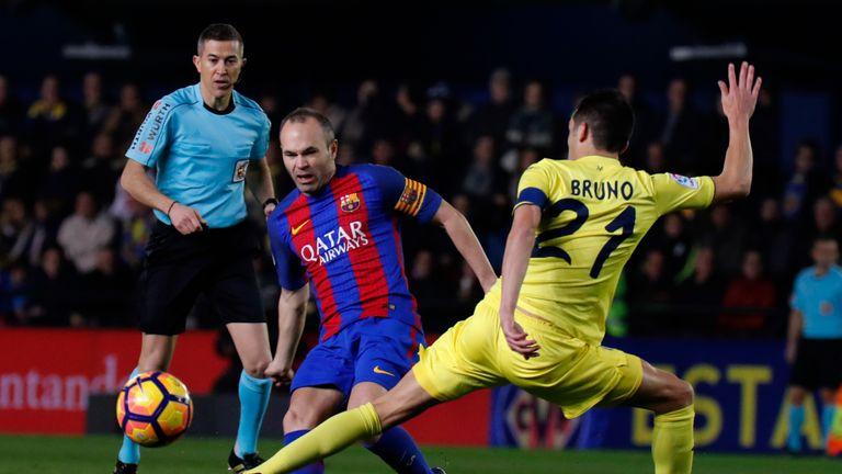 Barcelona's midfielder Andres Iniesta (L) vies with Villarreal's midfielder Bruno Soriano during the Spanish league football match Villarreal CF vs FC Barc