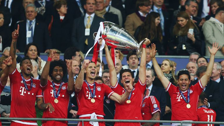 LONDON, ENGLAND - MAY 25:  Mario Gomez of Bayern Muenchen lifts the trophy in celebration alongside team mates after victory in the UEFA Champions League f