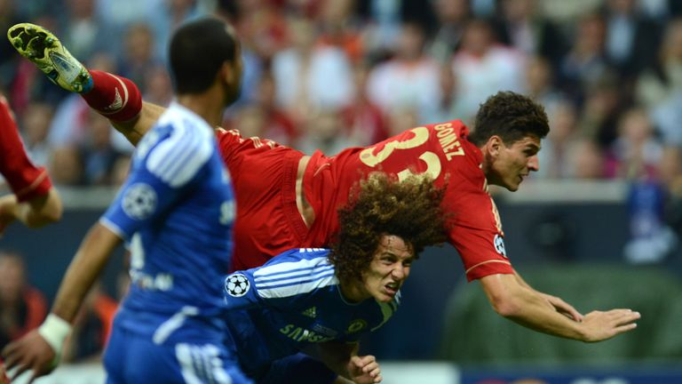 Bayern Munich's German forward Mario Gomez (R) vies with Chelsea's Brazilian defender David Luiz during the UEFA Champions League final football match betw