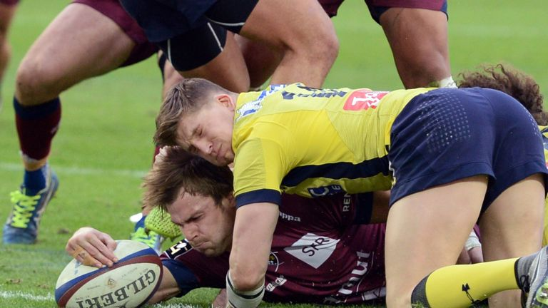 David Strettle is unable to prevent Yann Lesgourgues from scoring Bordeaux's second try