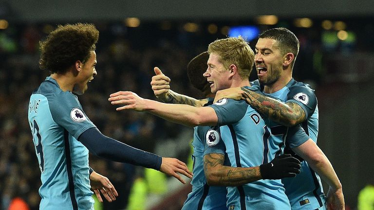 Manchester City's Belgian midfielder Kevin De Bruyne (2R) celebrates scoring his team's first goal during the English Premier League football match between