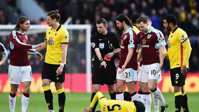 Jeff Hendrick speaks with Sebastian Prodl after a foul on Jose Holebas results in his sending off