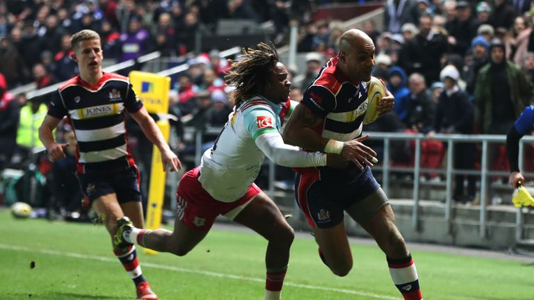 Tom Varndell holds off Marland Yarde to score his 91st Premiership try