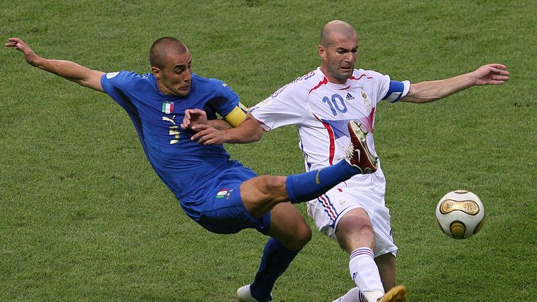 Berlin, GERMANY:  French midfielder Zinedine Zidane (R) fights for the ball with Italian defender Fabio Cannavaro  during the World Cup 2006 final football