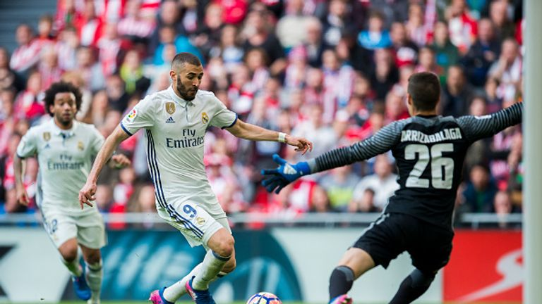 BILBAO, SPAIN - MARCH 18:  Karim Benzema of Real Madrid competes for the ball with Kepa Arrizabalaga of Athletic Club during the La Liga match between Athl