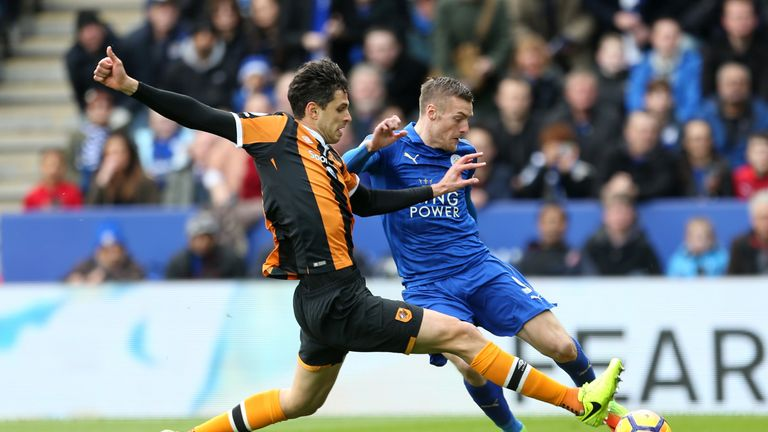 Leicester City's Jamie Vardy (R) and Hull City's Andrea Ranocchia battle for the ball