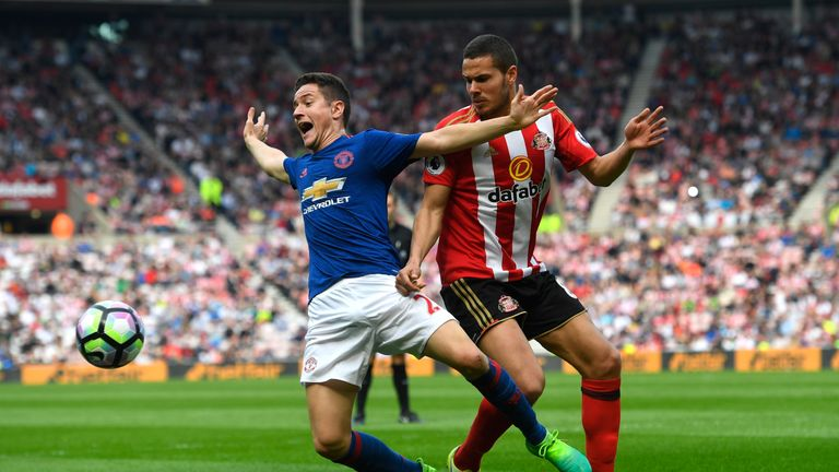 SUNDERLAND, ENGLAND - APRIL 09:  Ander Herrera of Manchester United is challenged by Jack Rodwell of Sunderland during the Premier League match between Sun