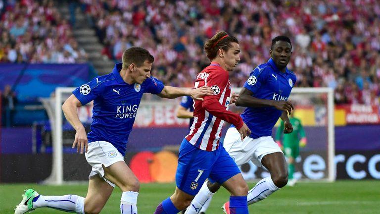 Leicester City's Liam Moore (L) vies with Antoine Griezmann