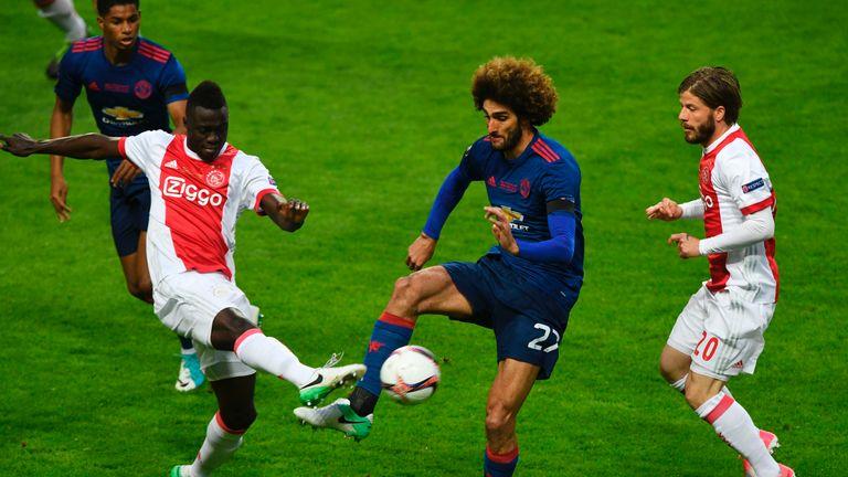 Ajax Colombian defender Davinson Sánchez (L) and Manchester United's Belgian midfielder Marouane Fellaini and Ajax Danish Midfielder Lasse Schone vie for