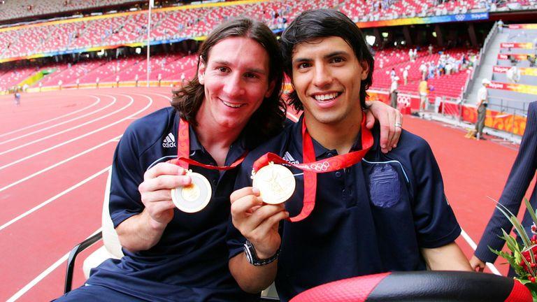 Lionel Messi (izquierda) con Sergio Agüero después de ganar la medalla de oro en los Juegos Olímpicos de Beijing 2008