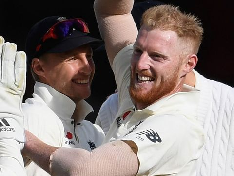 Joe Root congratulates Ben Stokes on bowling Quinton de Kock