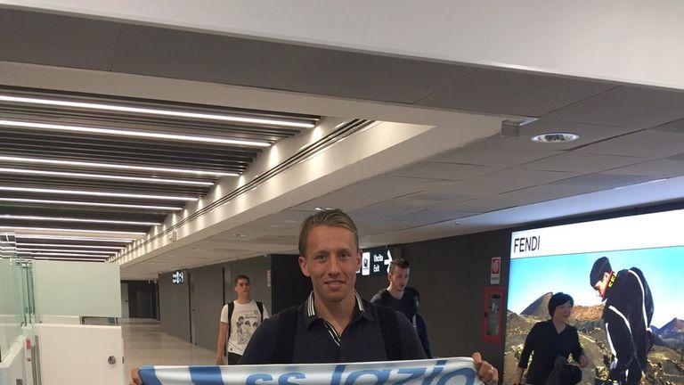 Lucas arrives in Rome  (photo: @OfficialSSLazio)