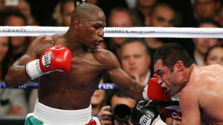 Las Vegas, UNITED STATES: Floyd Mayweather lands a punch on Oscar De La Hoya (R) during their WBC Super Welterweight World Championship, in Las Vegas, Neva