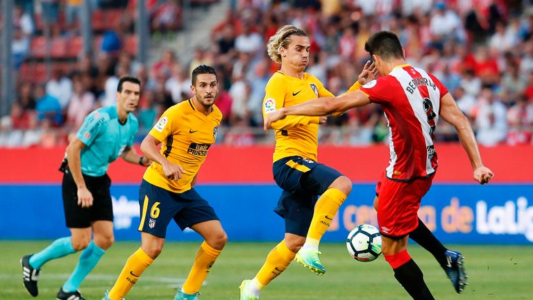 Atletico de Madrid's French forward Antoine Griezmann (C) vies with Girona's Colombian Bernando Espinosa during the Spanish league footbal match Girona FC