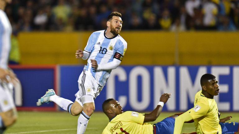El argentino Lionel Messi (izquierda) celebró luego de anotar el segundo gol contra Ecuador durante el partido de clasificación para la Copa del Mundo 2018 en Quito, en octubre.