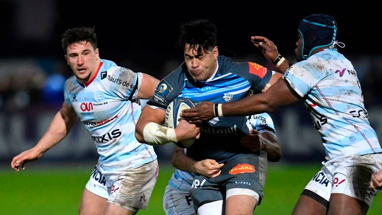Castres flanker Alex Tulou (C) runs with the ball against Racing 92