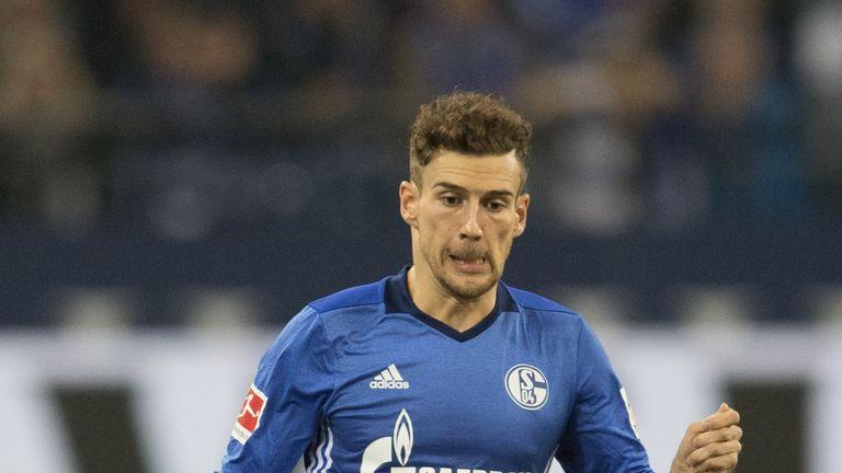GELSENKIRCHEN, GERMANY - OCTOBER 20:  Leon Goretzka of Schalke runs with the ball during the Bundesliga match between FC Schalke 04 and 1. FSV Mainz 05 at