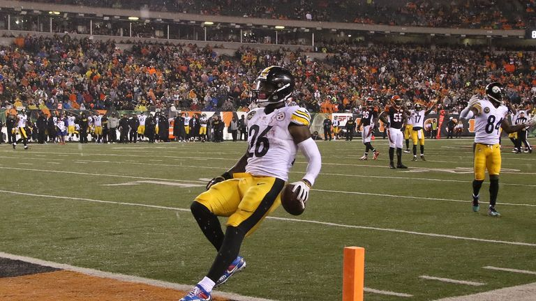 Le'Veon Bell of the Steelers runs into the endzone for a touchdown against the Bengals