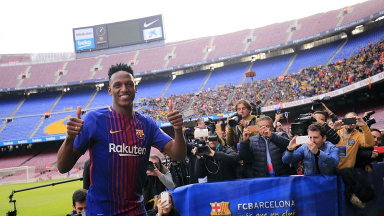 Barcelona's new Colombian defender Yerry Mina gives thumbs up during his official presentation in Barcelona on January 13, 2018. / AFP PHOTO / Pau Barrena