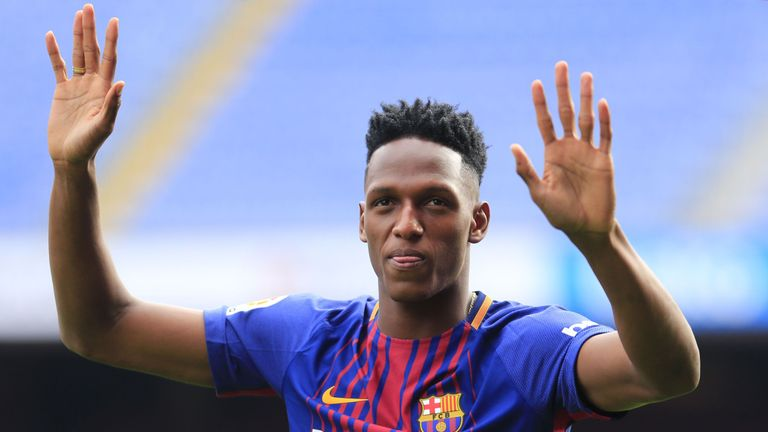 Barcelona's new Colombian defender Yerry Mina waves during his official presentation in Barcelona on January 13, 2018. / AFP PHOTO / Pau Barrena        (Ph