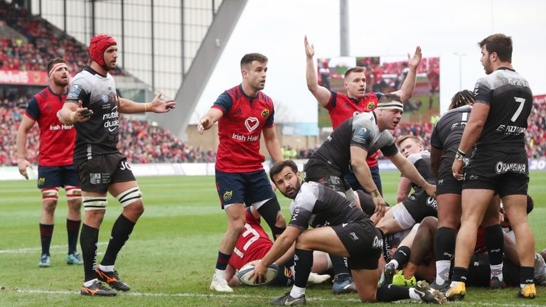 Conor Murray scored a bizarre try to get Munster into the game after 28 minutes