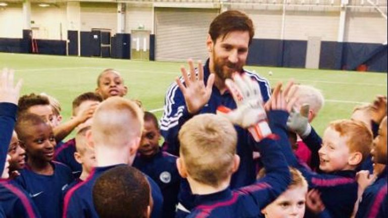Lionel Messi high-fives Manchester City youngsters (photo: Manchester City)