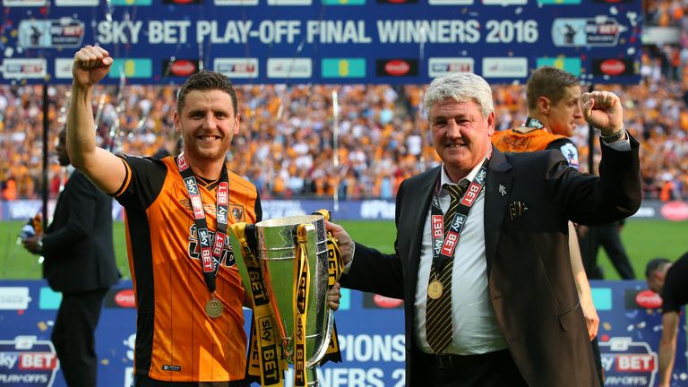 Bruce with son Alex lifting the trophy after winning the 2016 Championship play-off final with Hull