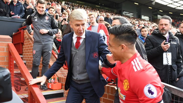 Alexis Sanchez greets Wenger ahead of kick-off