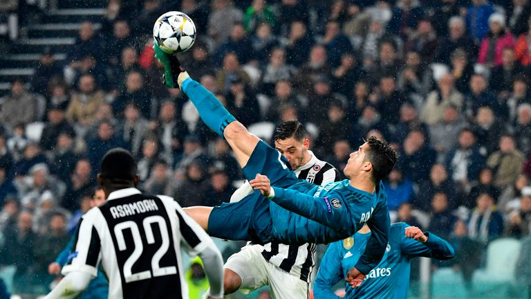 Real Madrid's Cristiano Ronaldo (C) scores during the UEFA Champions League quarter-final first leg football match between Juventus and Real Madrid at the Allianz Stadium in Turin on April 3, 2018
