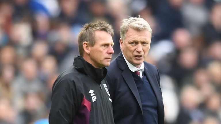David Moyes speaks to his assistant Stuart Pearce during the Premier League match between West Ham United and Manchester City at London Stadium on April 29, 2018