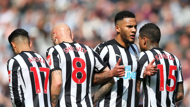 Jamaal Lascelles organises the Newcastle wall before a freekick during the Premier League match between Newcastle United and Arsenal