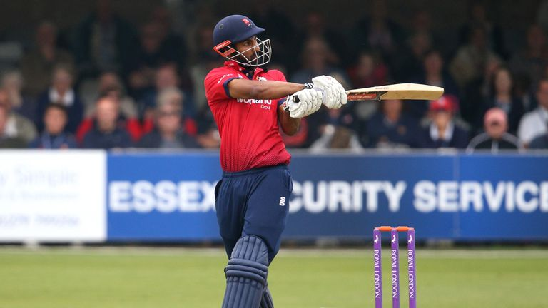 Varun Chopra hit 38 as Essex secured a tense final-over win over Middlesex
