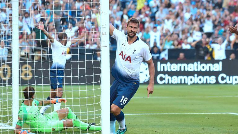 Fernando Llorente (C) of Tottenham Hotspur celebrates after scoring against AS Roma